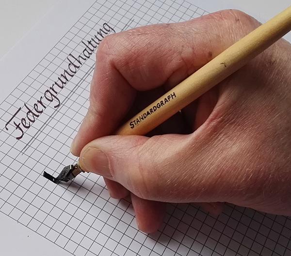 Über das Schreiben mit der breiten Feder